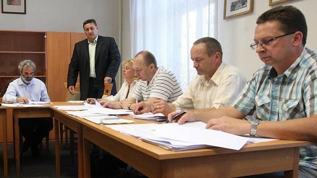 Jednání jiřetínských zastupitelů. Ve stoje šéf litvínovských strážníků Martin Klika.
