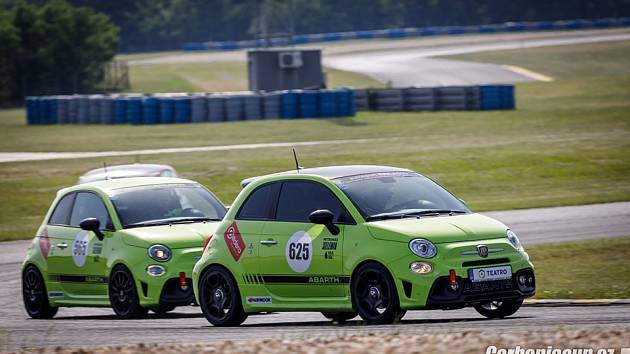 Závodní vozy na Carbonia Cupu.