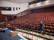 Diváky v mosteckém divadle přivítají v nové sezoně například nově potažená sedadla