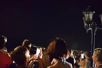 Lidé pozorují zatmění Měsíce na mosteckém Hněvíně.
