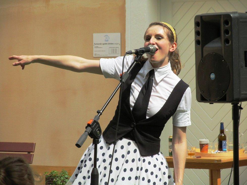 Na nádvoří zahrála kapela Divadla rozmanitostí s názvem Nedloubej se v nose.
