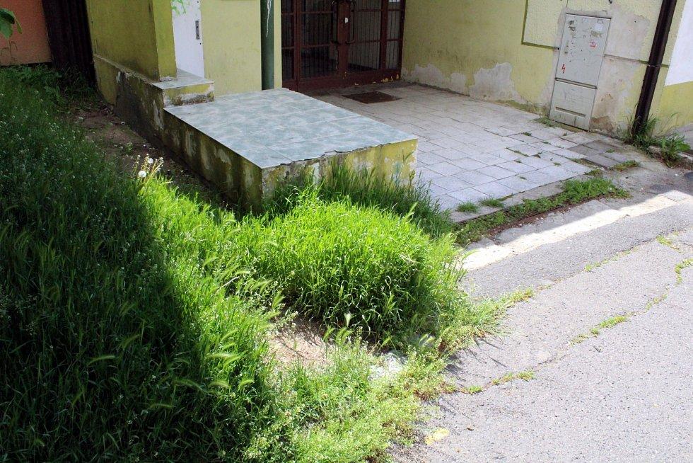 Dycky Most! Navštivte s námi místa, kde se točil známý komediální seriál. Místo, kde byl Čočkinův hrob.