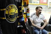 Nové litvínovské dresy a trenér Vervy Vladimír Országh.