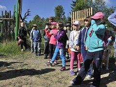 NÁVŠTĚVA V OBOŘE. Děti se během dne otevřených dveří podívaly do obory.