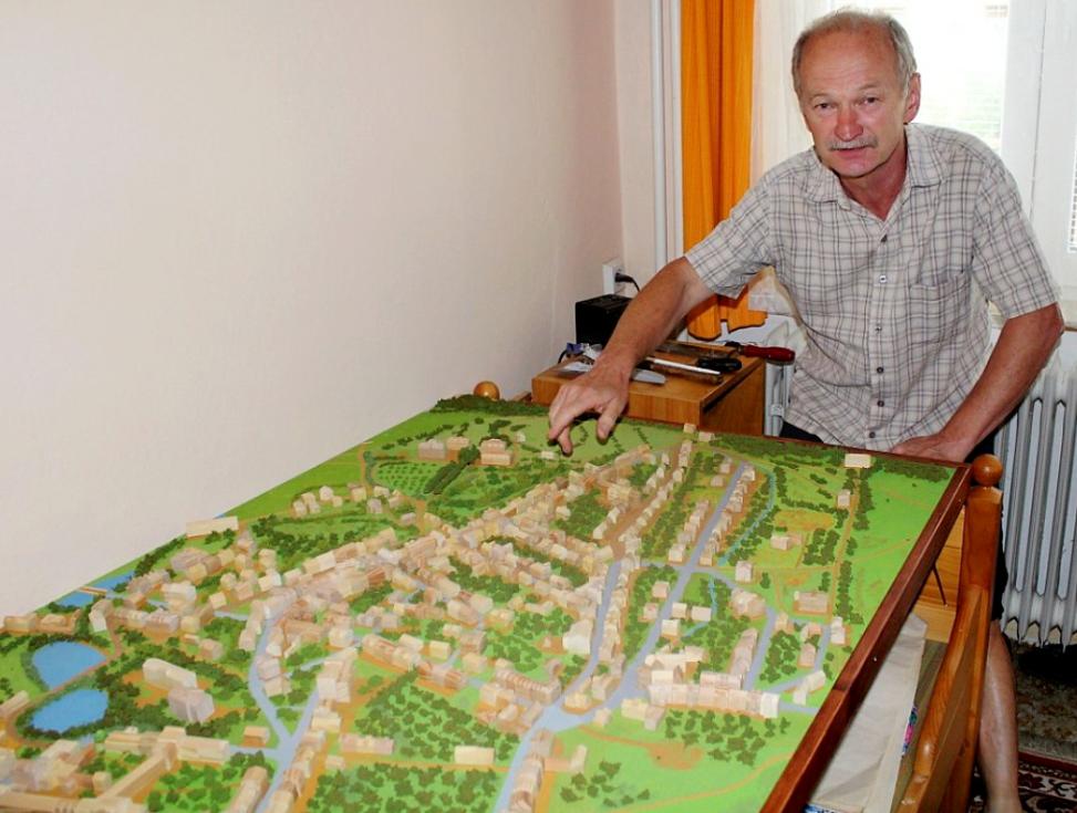 Po modelu města Litvínova postavil Petr Kašprák panství Valdštejnů. Na snímku je u svého minulého modelu, který je k vidění v litvínovském zámku.