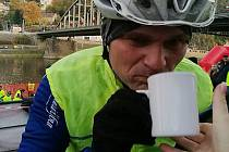 Tomáš Langhammer se při cyklistice občerstvuje teplým čajem. V té době měl za sebou studené plavání.