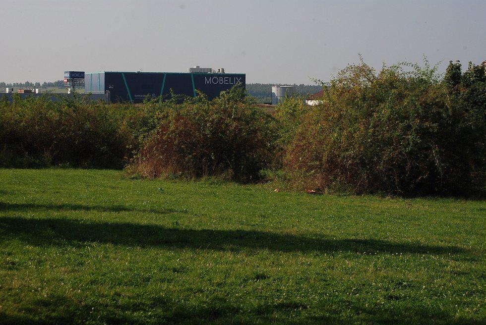 Na této louce v Mostě má stát Kaufland, probíhá zjišťovací řízení kvůli EIA.