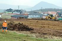 Mezi vilovou osadou u Benediktu a sídlištěm Liščí Vrch se staví nové parkoviště pro 130 aut.