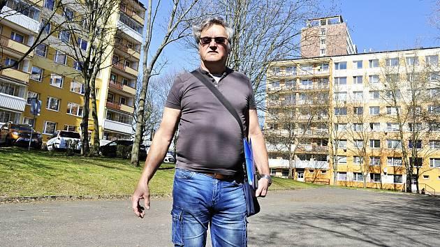 Karel Vránek z bloku 519 na hřišti, které se svými sousedy hájí jako klidovou zónu.