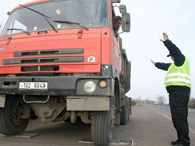 Dopravní policisté a pracovníci z Centra služeb pro silniční dopravu se zaměřili na Mostecku na přetížené nákladní automobily.