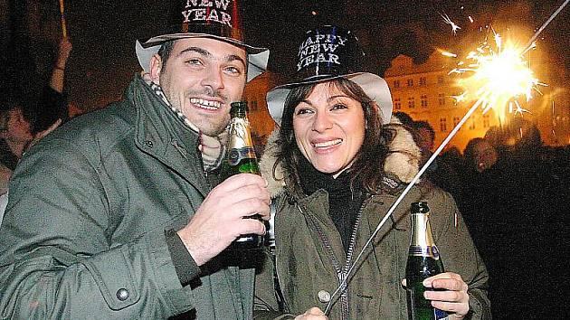 Sekt neodmyslitelně patří k silvestrovským oslavám. Právě kvůli alkoholu už města večerní oslavu pořádat nechtějí.