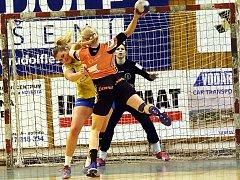 Simona Szarková z Mostu střílí gól proti Zlínu, který Andělé ve středu porazili. Teď Szarkovou čeká švédský Höörs.