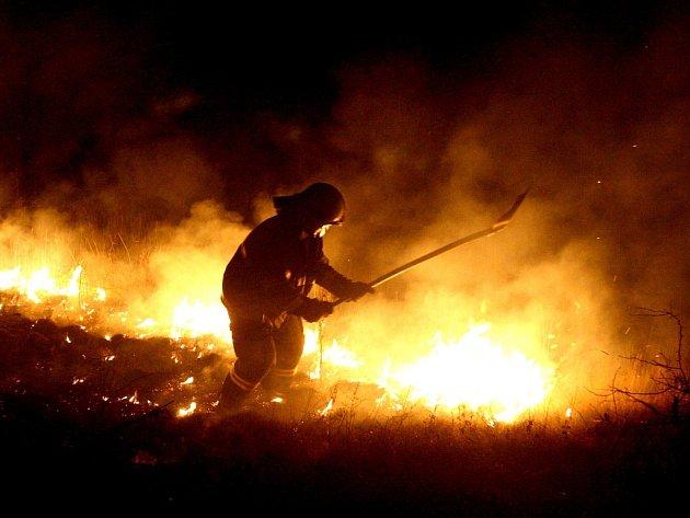 Hasič při zásahu u Lužic. Oheň ničí přírodu. Je dílem žháře?