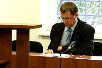 Rozsudek nad Petrem Hinterholzingerem (41) z Chomutova, který je viněn z toho, že zapříčinil nehodu, která se v únoru odehrála u Panenského Týnce a při níž zemřelo 8 lidí, v pondělí 22.června ještě nepadl. Soud verdikt odročil.