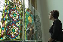 Do přesunutého děkanského kostela v Mostě se po pětatřiceti letech vrátila jako výstavní exponát původní vitrážová okna.