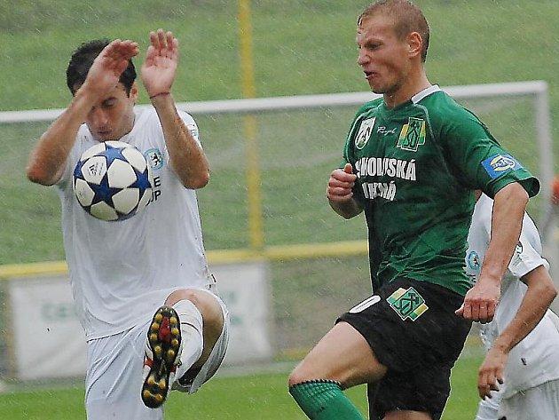Fotbalisté Mostu (v bílém Ezequil Rosendo) mají o víkendu volno. Jejich zápas s rezervou Sparty je přeložený na listopad.