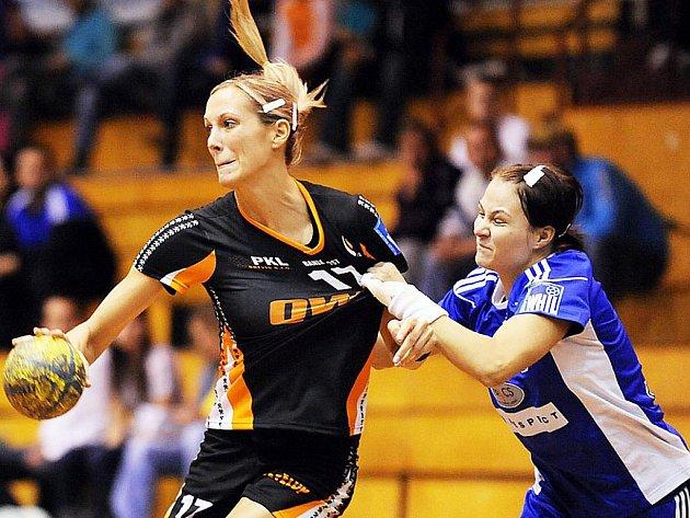 Hana Martinková (vlevo) je největší osobností mosteckého klubu a její góly by měly udržet Černé anděly v interlize. Patří i mezi nejlepší střelkyně reprezentace