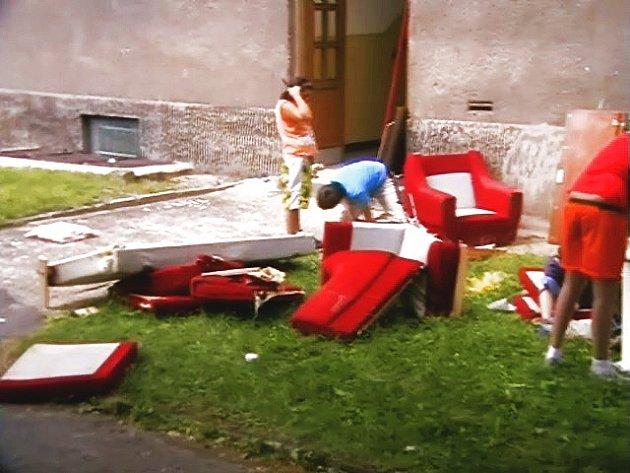 Nájemník domu vyhazuje nábytek před dům.