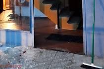 Mladík ve vzteku pěstí rozbil skleněnou výplň dveří a vážně se při tom poranil