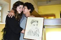 Anne a Coline, dcera a vnučka francouzského válečného zajatce, jehož obrázek si ženy odvezly z Mostu domů.