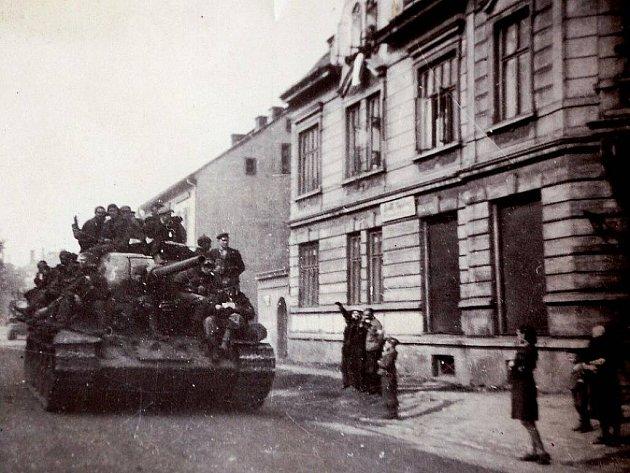 Rudá armáda osvobozuje v květnu 1945 Mostecko. Skutečný klid ale nenastal.