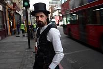 Pavel Tvaroh před svým barem Lounge Bohemia v londýnské čtvrti Shoreditch.