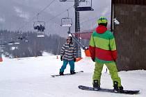 Jsme připraveni, hlásí správci lyžařských areálů na Mostecku. Už se jen čeká až nastane příznivější mrazivé počasí. Na snímcích je sjezdovka v Klínech.