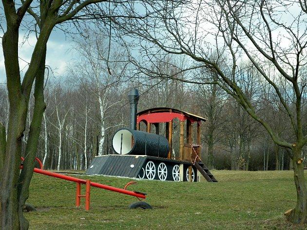 Obnovená mašinka v parku Šibeník v Mostě, pondělí 7. března.