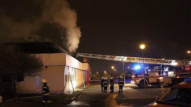 Hasiči zasahují u požáru prodejny nábytku v centru Mostu.