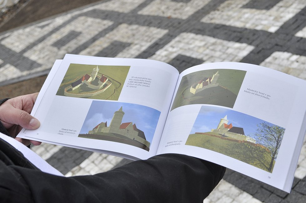 Archeolog Milan Sýkora s 3D modelem mosteckého hradu, jak vypadal ve 13. století.