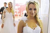 Nástup k módní přehlídce. Nedělní akce Svatba nanečisto 2017 na Benediktu v Mostě.