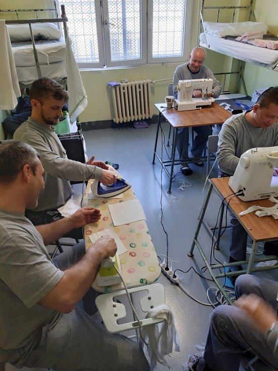 Výroba roušek. Dílny vznikají v některých věznicích úplně nově.