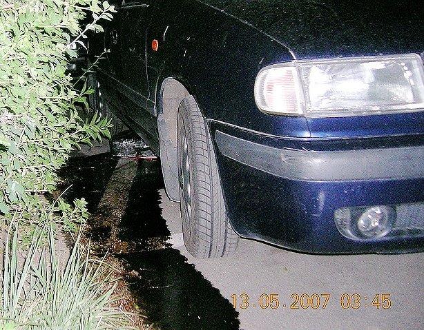 Ropná skvrna, která se vytvořila poté, co se ze zaparkovaného auta dva muži snažili ukrást benzin.