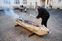 Výroba repliky pravěkého člunu, takzvaného monoxylu, v mosteckém muzeu