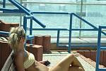 Venkovní bazény na aquadromu jsou otevřené. Na lavičce se opaluje Petra Harendarčíková z Mostu.