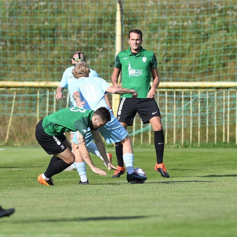 Severočeské divizní derby FK Baník Most-Souš (v zeleném) a Chomutov.