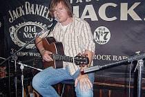 Michal Hrůza v rockovém baru na Zahražanech v Mostě.