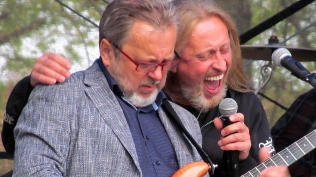 Vrcholem letošních Valdštejnských slavností bylo vystoupení SUPERGROUP.CZ v čele s Kamilem Střihavkou.