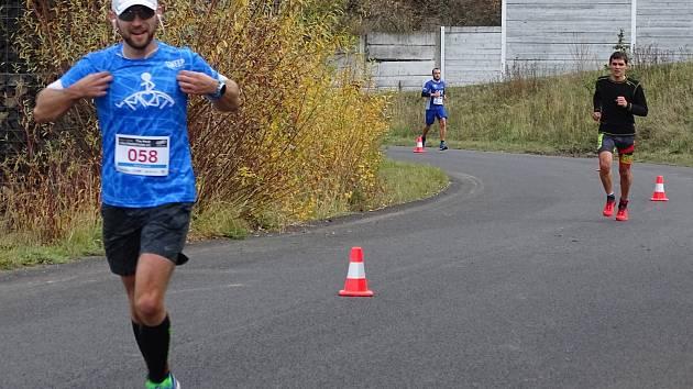 Amatérští a rekreační běžci mohou zdarma trénovat v areálu mosteckého autodromu.