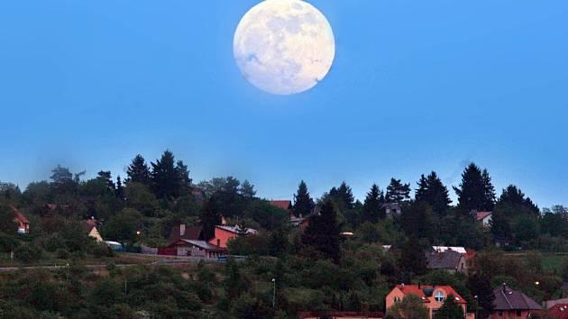 Měsíc nad domy.