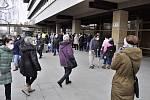 Rozdávání respirátorů zdarma seniorům u radnice v Mostě, pondělí 1. března