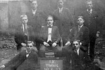 Asi nejstarší dochovaná fotografie zachycuje zakladatele Meteoru Souš v roce 1917.