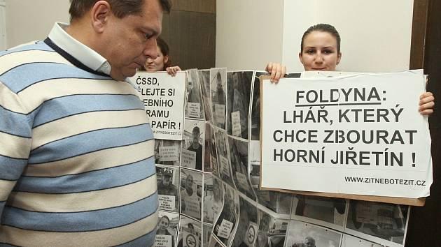 V Teplicích na tiskové konferenci protestovali členové Greenpeace proti Foldynovi, že chce prolomit těžební limity v severních Čechách