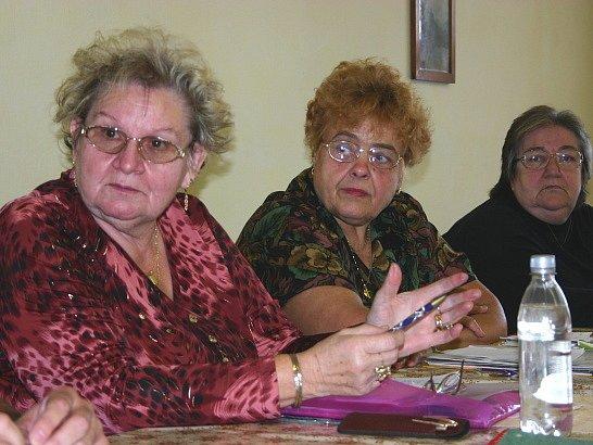 Obyvatelé Lomu při diskuzi.
