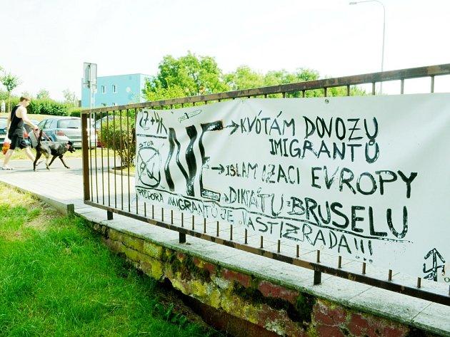 Anonymní protiislámský protest na sídlišti Liščí Vrch v Mostě. Hesla jsou napsaná na zadní straně profesionální reklamy na rozvoz ryb.
