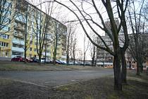 Místo asfaltového hřiště mezi bloky 519 a 520 a dětským domovem v Mostě má vzniknout parkoviště.