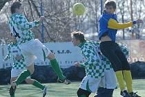 Fotbalisté Žatce (v modrém) letos ovládli skupinu Elite. Souš (v kostkovaném) má letos druhou příčku.