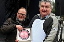 V soutěži O nejchutnější prejt zvítězil výrobek Jiřího Hlinky z Poděbrad. Na snímku s Adama Weberem, organizátorem Farmářských slavností.