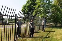 Odsouzení natírali zadarmo plot kolem mosteckého Benediktu.