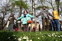 Lidé mají stromy rádi. Na snímku protestní akce proti kácení stromů v parčíku ve Zlíně. Kdysi podobně bránila stromy mládež v Litvínově před stavbou Billy.